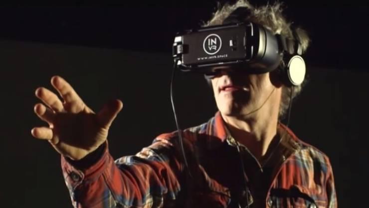 Der Basler Regisseur Dani Levy taucht mithilfe einer VR-Brille in seinen Jerusalem-Film ein. (Screenshot ARTE)