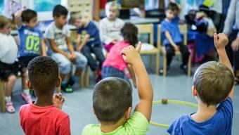Der Stichtag für die Einschulung wird im Kanton Zürich verlegt – damit sind Kindergärtler beim Eintritt jünger und bedürfen teilweise mehr Betreuung. (Archiv)