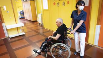 Kontakt ist wichtig: Pflegerin betreut einen Mann im April im Altersheim in Chateau-d'Oex.