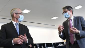 Die Gesundheitsdirektoren Thomas Weber (links) und Lukas Engelberger im Gespräch.