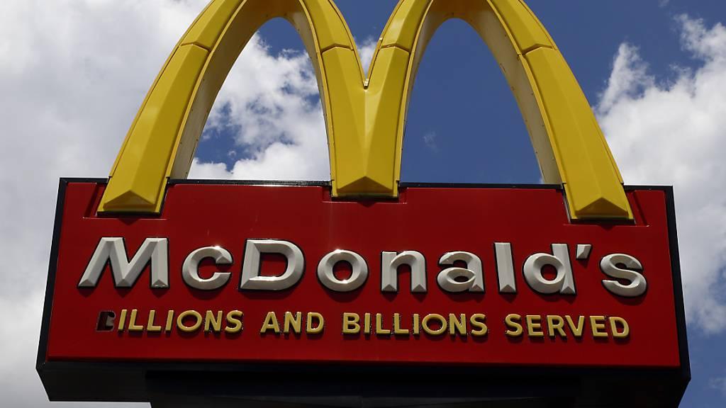 McDonald's reagiert auf Belästigungsvorwürfe von Mitarbeiterinnen, idem die Restaurantkette seinen Mitarbeitenden in den weltweit 39'000 Filialen Schulungen anbietet. (Symbolbild)