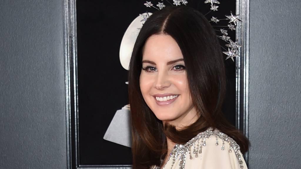Lana Del Rey weist Kritik an ihrer Schutzmaske zurück