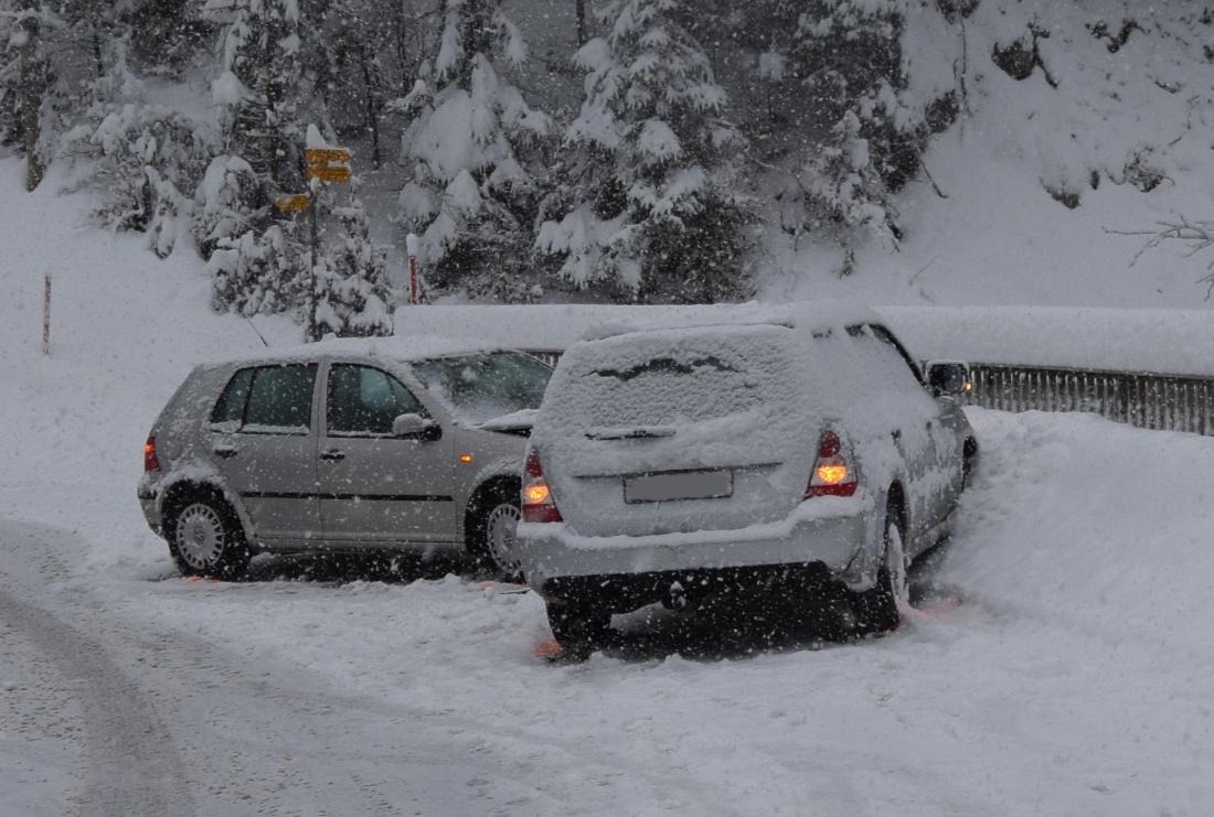 In Trogen sind aufgrund des Schnees zwei Autos ineinander gerutscht.