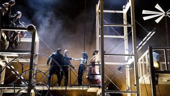 Tamino (Sebastian Kohlhepp) und Pamina (Anna Gillingham) überwinden Sarastro (Callum Thorpe) und Papageno (Thomas Tatzl). Sandra Then / Theater Basel