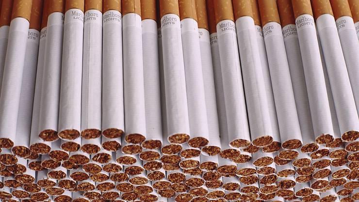 Zigaretten und andere Tabakprodukte sollen nach Ansicht der kleinen Kammer nicht mehr so aktiv beworben werden können - zum Schutz der Jugendlichen. (Themenbild)