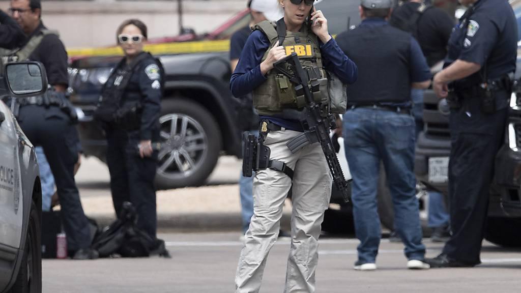 Ein Team der Polizei untersucht zusammen mit dem FBI den Tatort eines Dreifachmordes. Der Verdächtige ist immer noch auf freiem Fuß. Der Ex-Polizist soll in Austin auf mehrere Menschen geschossen und drei von ihnen getötet haben. Foto: Bob Daemmrich/ZUMA Wire/dpa