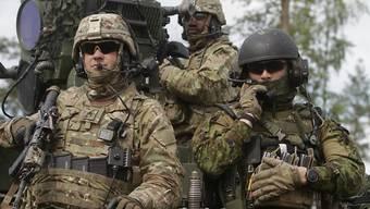 Die US-Army entspannt sich punkto sexueller Orientierung. US-Soldaten bei einem Manöver in Estland am 17. Juni. (Symbolbild)