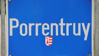 Ortstafel von Pruntrut: Die Gemeinde wird erstmals von einem CSP-Mitglied präsidiert (Symbolbild)