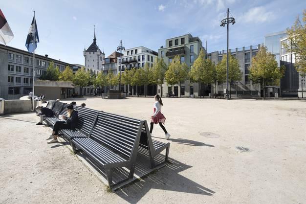 Dieser neue Freiraum am Theaterplatz am Rand der Innenstadt wurde durch den Bau eines Parkhauses im Untergrund ermöglicht, auf dessen Dach sich der Platz heute erstreckt.
