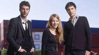Anna Rossinelli posiert mit ihren Bandkollegen Georg Dillier (l.) und Manuel Meisel (r.) für die Kameras