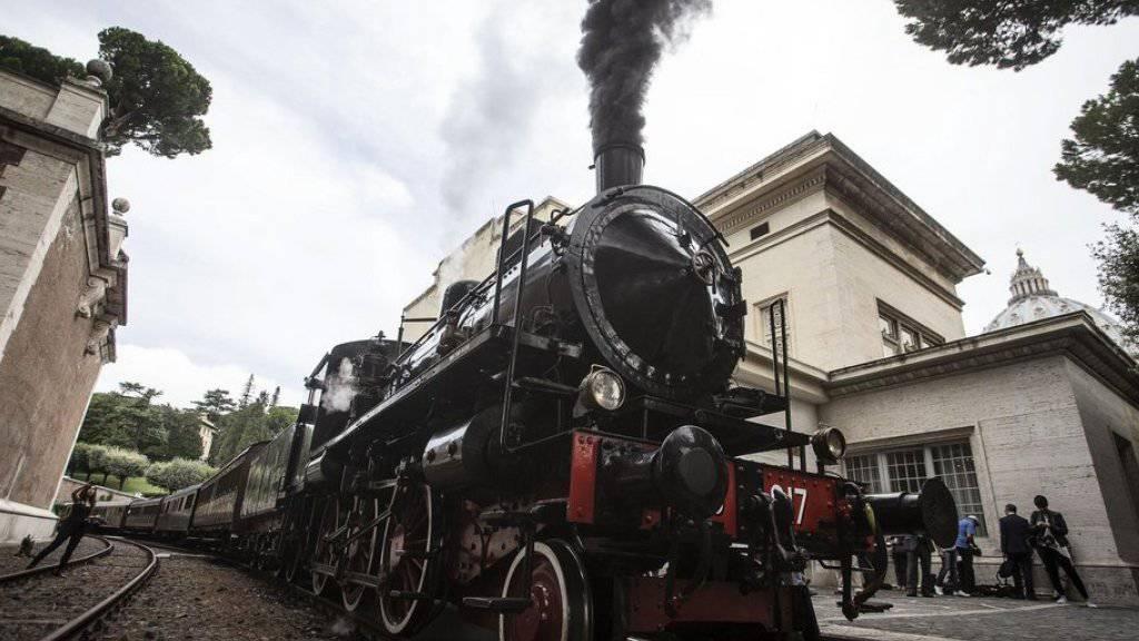 Bereits am Freitag verkehrte ein historischer Zug mit einer Dampflokomotive auf der Bahnlinie, die den Vatikan mit der päpstlichen Sommerresidenz in Castel Gandolfo verbindet