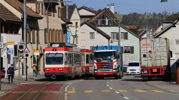 Typischer Strassendorf-Charakter: Der Verkehr dominiert Oberdorf und schneidet das Dorf entzwei.