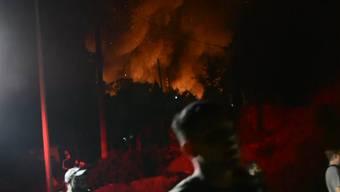 In einem Migrantenlager auf der Insel Samos kam es am Montagabend zu Schlägereien. Danach brach ein Feuer aus, woraufhin das Lager evakuiert werden musste.