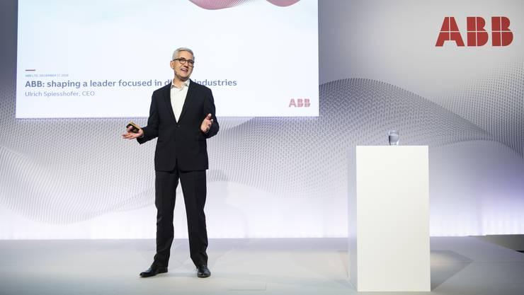 ABB-CEO Ulrich Spiesshofer informierte am Dienstag, 18. Dezember, anlässlich der Medienkonferenz über den Verkauf der Stromsparte.
