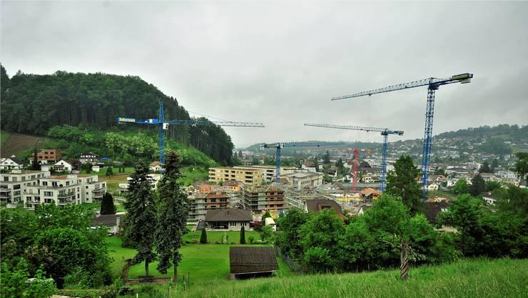 Zwei der zehn viergeschossigen Mehrfamilienhäuser sind im Rohbau schon so weit gediehen, dass sich die Dimension der Wohnüberbauung Lochgasse erahnen lässt. Die übrigen Neubauten kommen weiter östlich (rechts) zu stehen.