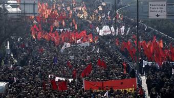 Trauerzug mit zehntausenden Regierungsgegnern in Istanbul