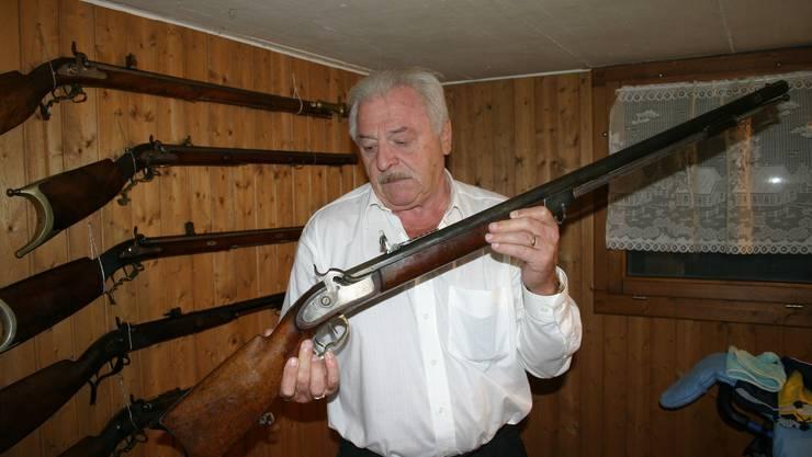 Kurt Huwyler mit einem restaurierten kantonalen Stutzer. (Bilder Werner Schneiter)