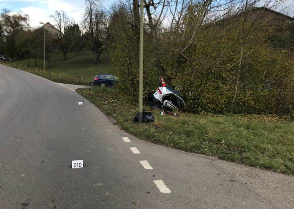 Elgg ZH, 14. November: Bei einem Selbstunfall mit einem Kleinmotorfahrzeug hat sich ein 20-jähriger Lenker tödliche Verletzungen zugezogen.