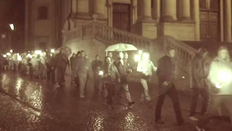 «Nationale Opposition» zog am Samstag mit weissen Masken und Fackeln durch die Solothurner Alstadt.