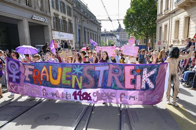 Der Demonstrationszug in Basel setzt sich in Bewegung. In der Innenstadt ist kein Durchkommen mehr.