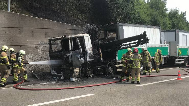 Dieser Lastwagen fing vor dem Bözbergtunnel Feuer.
