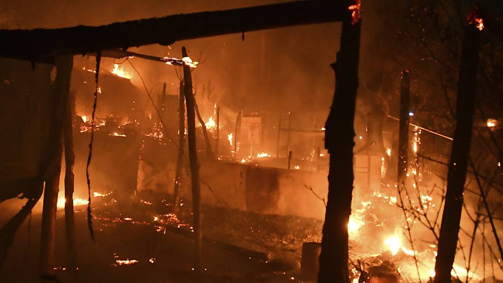 Feuer in Flüchtlingslager auf griechischer Insel Samos