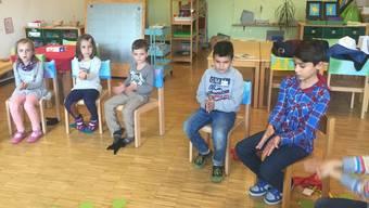 Ein Schüler (rechts im Bild) wirkte am Donnerstagnachmittag in einem Kindergarten in Derendingen als Kindergartenlehrer.
