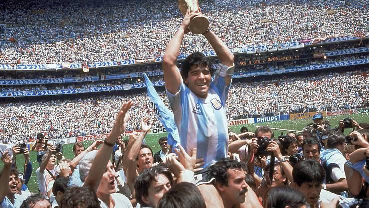 Maradona am Höhepunkt: Nach dem Finalsieg gegen Deutschland stemmt er 1986 in Mexiko den WM-Pokal.