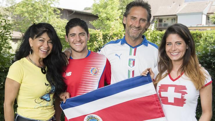 Kattia und Mattia (v. l.) tragen ein Costa-Rica-Shirt, Gianni hält zu Italien und Milena unterstützt die Schweiz.