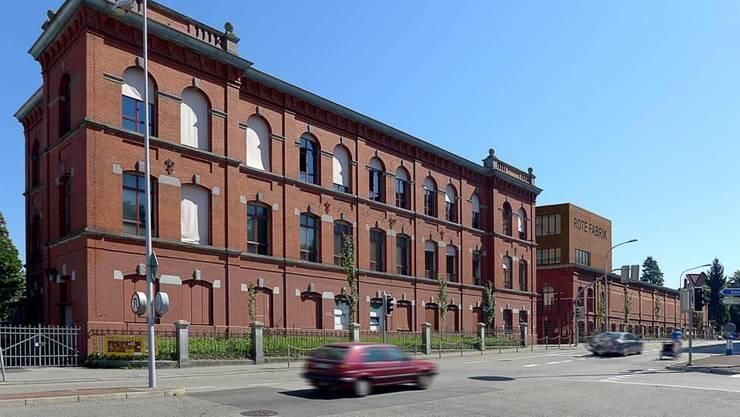 Der geplante Aufbau soll den stark brandbeschädigten Bürotrakt aus den 1950er-Jahren ersetzen und den Eingangsbereich der Roten Fabrik architektonisch wieder näher ans ursprüngliche Erscheinungsbild führen. Die Stadt Zürich schreibt das Baugesuch Ende Juli 2014 öffentlich aus.