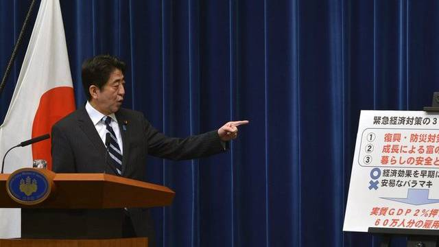 Japans Premier Shinzo Abe präsentiert sein Konjunkturprogramm