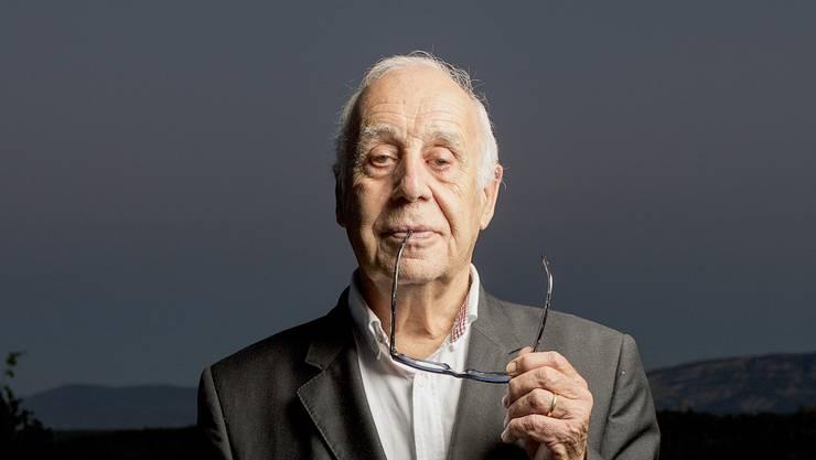 Die Haltung ist gleich, bis zur Eigenart, wie er die Brille hält: Jean Ziegler, der bekannteste Globalisierungsgegner der Schweiz (83).
