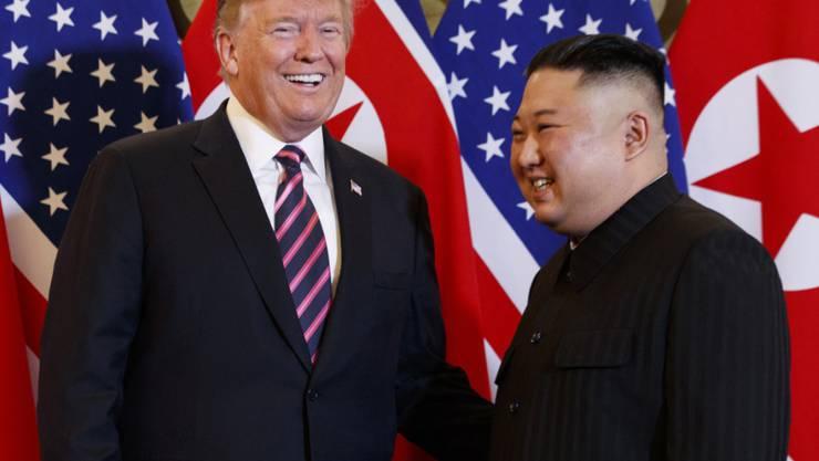 US-Präsident Donald Trump und Nordkoreas Machthaber Kim Jong Un bei ihrem zweiten Treffen von Angesicht zu Angesicht Ende Januar in der vietnamesischen Hauptstadt Hanoi. (Archivbild)