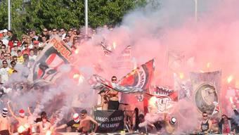 Solche Bilder bewirkten viele Ja-Stimmen: Hooligans mit Feuerwerk im Aarauer Fussballstadion Brügglifeld