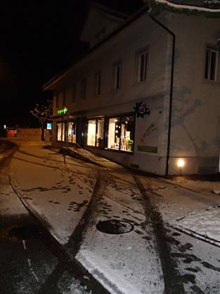Der Fiat-Fahrer kollidierte am frühen Sonntagmorgen gegen 4.40 Uhr in Zentrum von Niederrohrdorf, Bremgartenstrasse mit einem Geländer am Strassenrand.