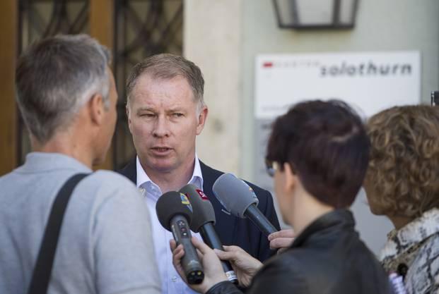 Stefan Reuter, der Manager des FC Augsburg, steht ebenfalls Rede und Antwort.