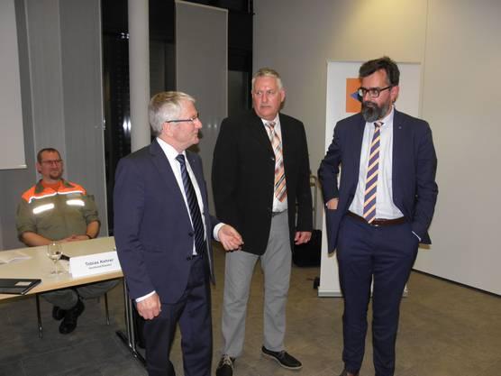 : Nationalrat Walter Müller (Präsident SZSV), Beat Herzog (Vizepräsident AZSV) und Dr. Dieter Wicki (Chef AMB) im Gespräch (v.l.).