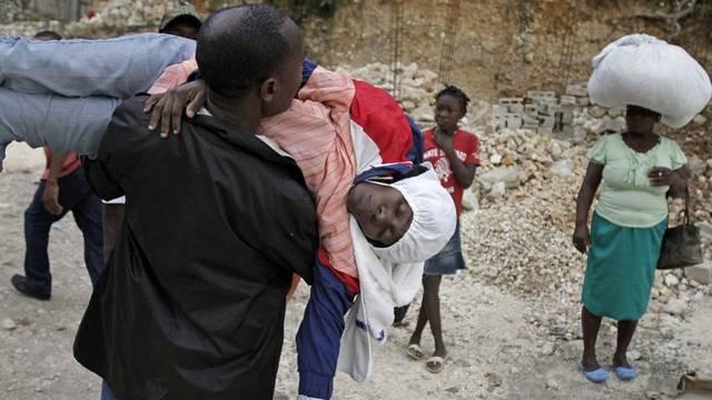 Eine Cholera-Patientin wird zur Behandlung getragen (Archiv)