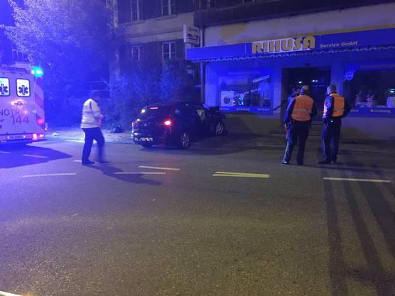 Zwei Junglenker fuhren mit einem Auto frontal in eine Wand.