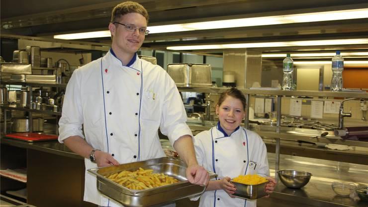 Der 4.-platzierte Ramon Stutz und die 1.-platzierte Céline Erhart absolvieren im Kantonsspital Baden ihre Lehre als Koch.Yvonne Lichtsteiner