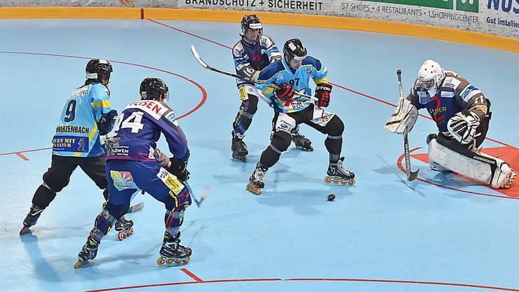 NLA-Topskorer Nicola Di Santo (an der Scheibe) und Diego Schwarzenbach (links) im Spiel gegen Oberrüti.