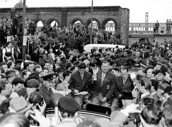 Die deutsche Mannschaft wird am 6. Juli 1954 in München willkommen geheissen.
