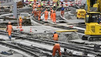 Dass die Bauarbeiter schwere und harte Arbeit leisten, stellt niemand in Abrede. Uneinig sind sich Baumeister und Gewerkschaften in der Lohnfrage. (Symbolbild)
