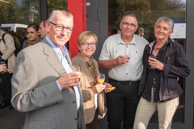 Von links nach rechts: Der Dietiker Kirchenpflegepräsident Karl Geiger mit Gattin Margrit und der Dietiker Gemeinderat Lucas Neff (Grüne) mit Gattin Simone.