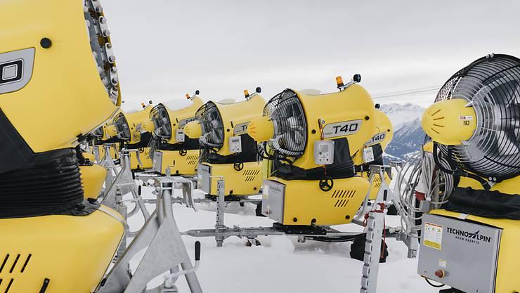 Schneekanonen sind bei warmen Temperaturen nur noch bedingt ein Mittel gegen Schneemangel. Das musste auch die Weisse Arena in Laax erfahren.