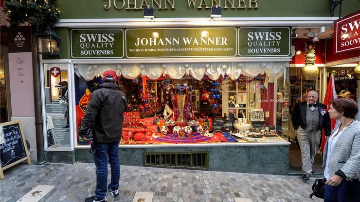 Zur Feier des Tages zierte der FCB-Meisterpokal das Schaufenster des Weihnachtsladens von Johann Wanner.