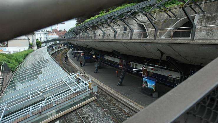 Von der Betondecke über dem Perron zwischen Gleis 2 und 3 regnet es.