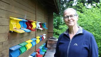 Barbara Kohler Gross steht vor ihrem Bienenhaus auf Urdorfer Gemeindegebiet. Ganz freiwillig hat sie es nicht übernommen.