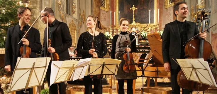 Ein Teil des Schweizer Oktetts beim Schlussapplaus in der Klosterkirche Fahr