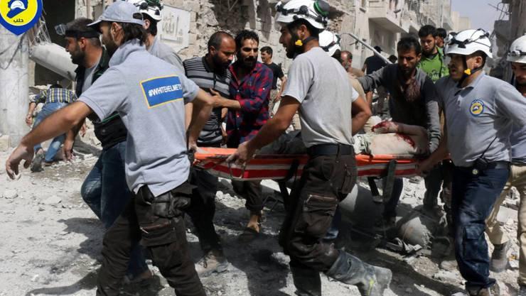 Retter der zivilen syrischen Hilfsorganisation der Weisshelme bringen einen Verletzten in Sicherheit (Bild vom 21. September).
